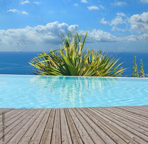 piscine à débordement au bord de l'océan Indien