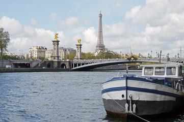 Paris - Tour Eiffel et pont Alexandre III vus des quais de Seine