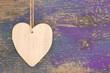 Holz - Herz mit violettem Hintergrund als Postkarte