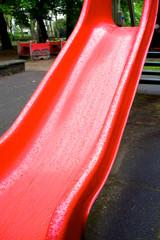 Giochi da bambino sotto la pioggia color image
