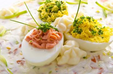 gefüllte eier mit gemüsesalat