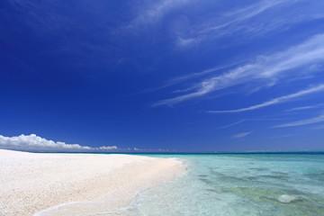 沖縄の真っ白い砂浜と紺碧の空
