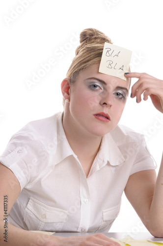 Langeweile im Büro, Post-It auf der Stirn