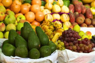 Avokado and anderes Obst auf Peruanischem Markt