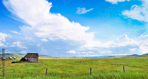 Foto op Canvas Canada Beautiful prairie landscape with old barn in Alberta, Canada.