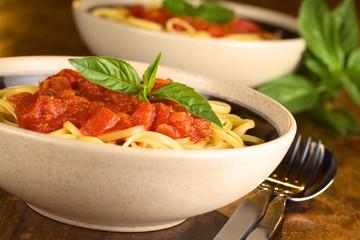 Spaghetti mit Tomatensoße garniert mit Basilikumblatt