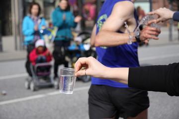 Wasserübergabe beim Marathon