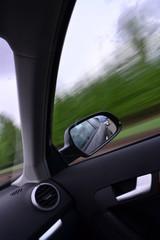 вид с окна автомобиля на скорости