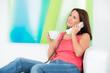 junge frau schaut nachdenklich  beim telefonieren