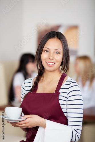 freundliche bedienung serviert kaffee
