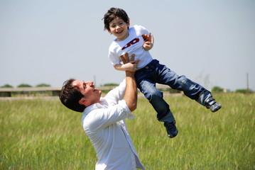 padre figlio felici volare tra le braccia