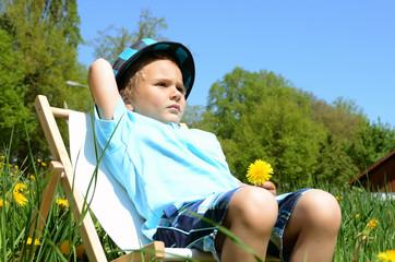 Junge mit Sonnenstuhl