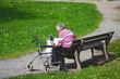 Seniorin allein auf Parkbank