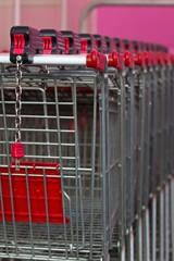 Einkaufswagen in Reihe