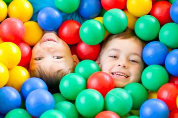 dwaj chłopcy w kulkach 1