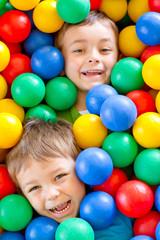 dwaj chłopcy w kulkach 3
