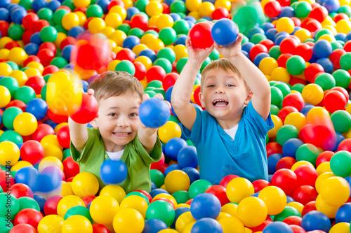 dwaj chłopcy w kulkach 7 - 41143716