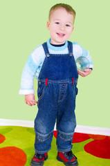 Kleiner Junge mit Trinkglas