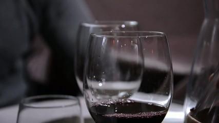 vino versato nel bicchiere