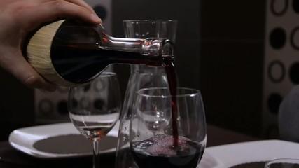 vino versato nel bicchiere da un fiaschetto
