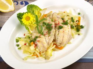 Fischfilets auf buntem Gemüse