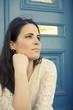 Junge hübsche Frau wartet vor der Tür