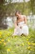 Frau pflückt Blumen