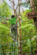 Мальчик преодолевает препятствие, идя по веревке