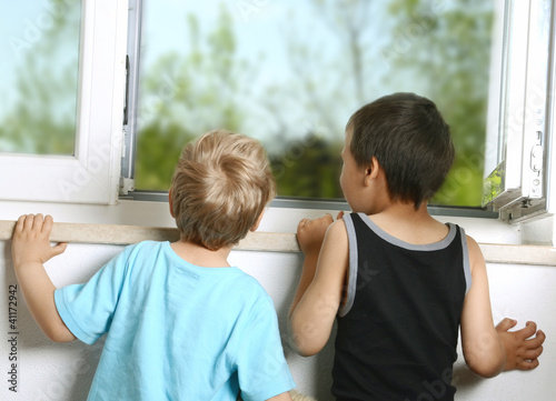 Kinder am Fenster