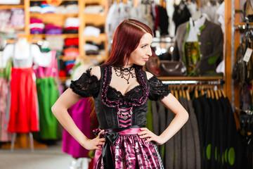 Frau probiert Tracht oder Dirndl in Boutique