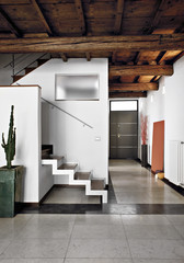 soggiorno moderno con scala e entrata