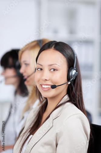 frauen mit headset im büro