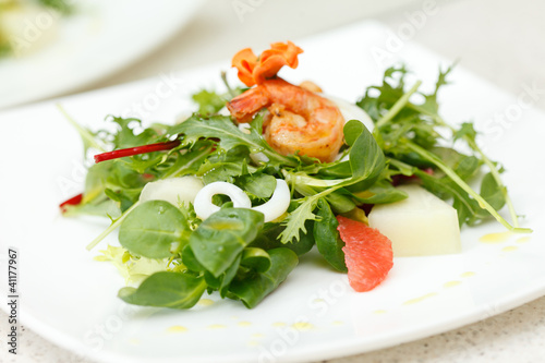 salad with shrips