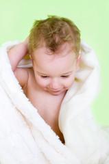 Kleiner Junge im Bademantel