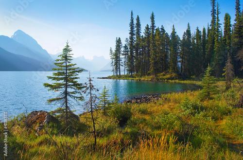 natura-krajobraz-z-halnym-jeziorem-przy-switem-w-alberta-kanada