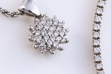 Gioielli in oro bianco con diamanti