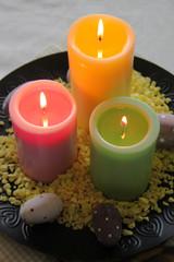 Bunte Kerzen mit gepunkteten Eiern - Hochformat