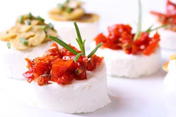 Feines Käsebuffet mit getrockneten Tomaten und Oliven