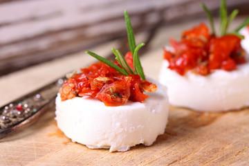 Feine Käsehäppchen mit getrockneten Tomaten