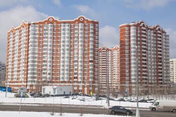 Фасад нового жилого дома в Москве