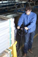 Metallarbeiter mit Hubwagen in Fabrik