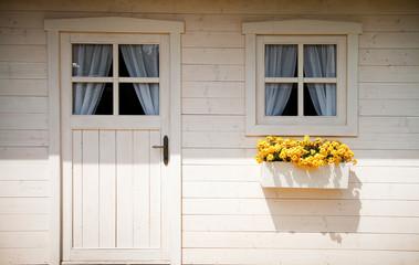 Casetta di legno bianco