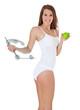 Attraktive junge Frau hält Waage und grünen Apfel