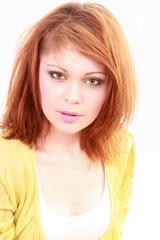Jeune femme rousse avec coiffure glamour