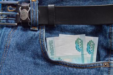 деньги в кормане джинсов