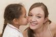 Jeune fille qui fait un bisou à sa maman