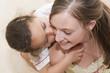 Jeune fille qui fait un calin à sa maman
