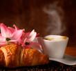 Cappuccino italiano con cornetto fresco