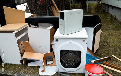 Sperrmüll wartet auf Müllabfuhr