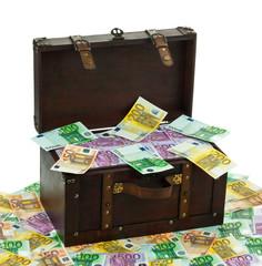 Truhe mit Euro Banknoten. Finanzkrise, Krise, Schu